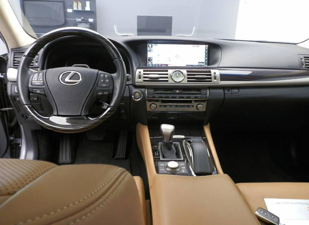 Lexus LS (USF40) 2007-2017 | Different Car Review